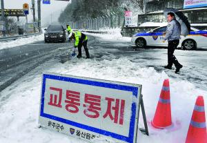 눈 내린 춘분, 출근길 곳곳 '아수라장'<br>운문재 등 5곳 도로 통제…차량 뒤엉켜 교통혼잡 극심